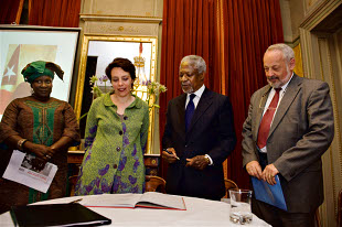 Kofi Annan signing the campaign