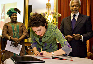 Sandrine Salerno signing the campaign
